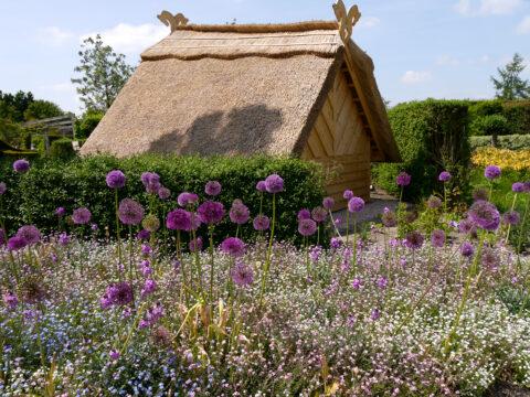 Schafstall im Park der Gärten mit dem Blumenband