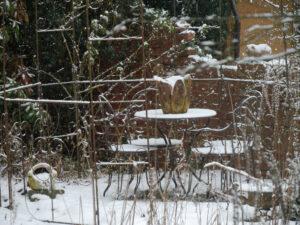 Der Rosenpavillon ruht im Schneetreiben.