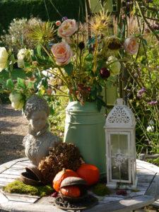 Tischdekoration im weißen Senkgarten  im Landhausgarten Hantelmann