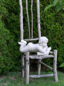 nette Deko im weißen Senkgarten des Landhausgartens Hantelmann