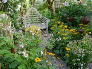 Gartenraum mit Sessel im Landhausgarten Hantelmann