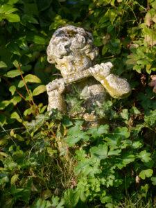 Kleiner Flötenspieler im Rosenparadies im Landhausgarten Hantelmann