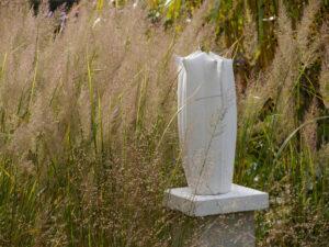 Steinguss-Skulptur im Gräserpfad 2018 im Garten Pecoraro Schneider