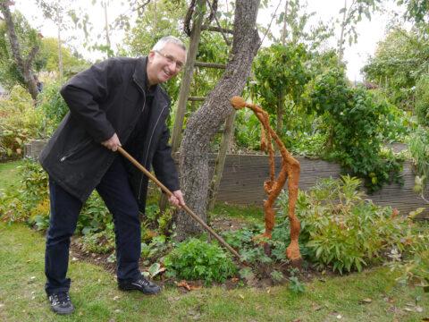 """Reinhard Schneider imitiert seine Skulptur des """"Hackers"""" 2018 im Garten Pecoraro-Schneider"""