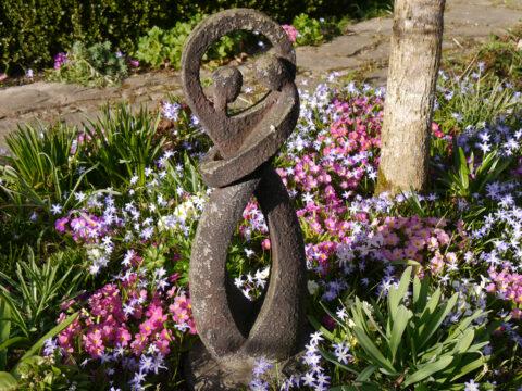 Frühlingsbeet im Ahorneck in Wurzerlsgarten