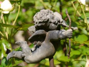 Deko-Engel im Rosen-und Clematisgarten