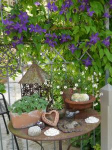 Deko neben der Eingangspforte in den Garten Halwax