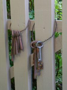 Tür im Rosen- und Clematisgarten Halwax