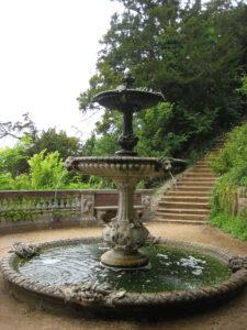 Schildkröten-Brunnen, the-tortoise-fountain, mit einigen der 170 Stufen von der Themse in den Park von Cliveden