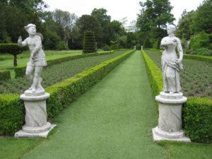 Figuren aus der Commedia dell'Arte im Long Garden, Cliveden