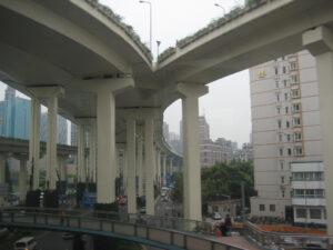 mehrstöckige, bis zu achtspurige Straßenzüge durchqueren Shanghai
