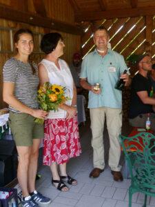 Ein kleiner Dank an die Gastgeberin Frau Liegl durch Herrn Hubert Siegler , LWG Bayern, und Frau Susanne Summerer, Kreisfachberaterin für Gartenkultur und Landespflege  Frau Liegl