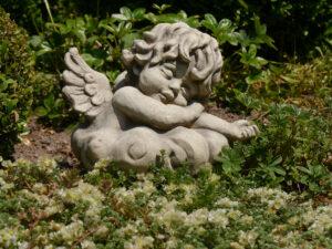 Auch Engel müssen ausruhen im Garten Josefine Heinze, Grattersdorf