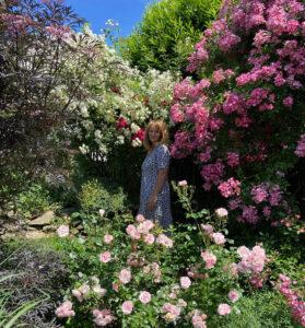 Josefine Heinze in ihrem Rosenparadies, Foto von Simon Heinze