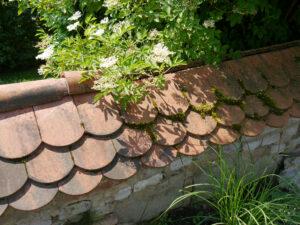 Die oberste Mauer hat ein Dach bekommen im Garten Josefine Heinze, Grattersdorf