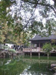 Hütte der 9 Löwen, auf allen 4 Seiten offen, die Steinterrasse steht frei über dem Wasser, Shanghai, Yu-Garten