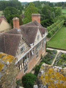 Seitenflügel, Innenhof, Formaler Garten und Blick in die Landschaft