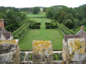 Blick über den formalen Garten in die Landschaft um Coughton Court