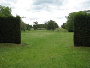 Ein letzter Blick vom Rondell des formalen Gartens in die Landschaft