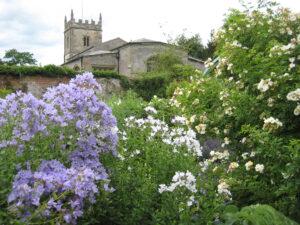 Im Rosengarten von Coughton Court, im Hintergrund die Parish Church